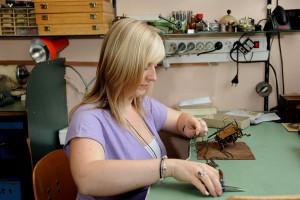 Serviceleistungen von Kristin Weitzel in der Uhrmacher Meisterwerkstatt; Foto: Uhren Thurner