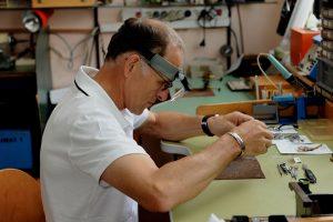 Hagen Thurner in der Werkstatt; Foto: Uhren Thurner
